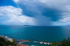 云彩中间海洋风暴 图库摄影