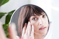 Γυναίκα στον καθρέφτη Στοκ φωτογραφία με δικαίωμα ελεύθερης χρήσης