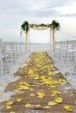 走道海滩婚礼 免版税库存图片