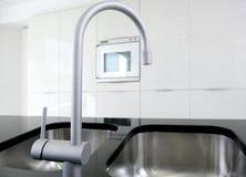 黑色龙头厨房现代烤箱白色 免版税库存图片