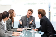 счастливая смеясь над команда встречи совместно Стоковое фото RF