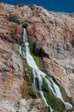 在岩石里面的级联 免版税库存图片
