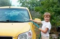 男孩汽车洗涤的一点 图库摄影
