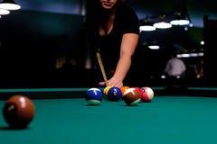 шарик ударенный к пробуя женщине Стоковая Фотография RF