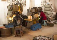 瓷工厂女孩工作 免版税图库摄影