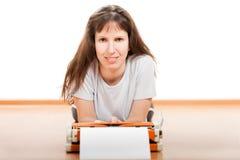 打字机键入的妇女 免版税库存图片