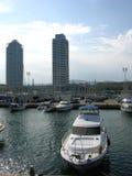 巴塞罗那小船海岸线速度 库存图片