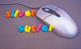 互联网更老的银色冲浪者用户 库存图片