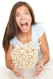 смешным женщина вспугнутая кино наблюдая Стоковая Фотография