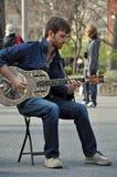 蓝色感声吉他琴吉他人纽约 免版税库存照片