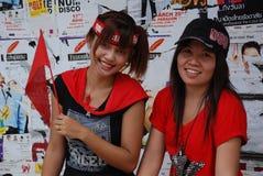 支持二个年轻人的女孩红色衬衣 库存照片