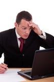 看起来生意人的计算机惊奇对担心 免版税库存照片