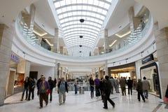 繁忙的购物中心人购物 库存照片