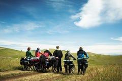 自行车骑士去的组路 免版税库存照片