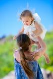 室外女儿的母亲 免版税库存照片