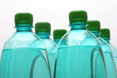 разливает пластмассу по бутылкам Стоковая Фотография