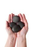 женские камни спы удерживания руки Стоковые Фото