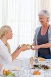 变老的女儿她的服务妇女 免版税库存照片