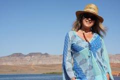 帽子微笑的星期日妇女 免版税库存照片