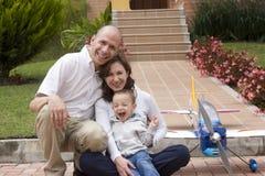 Οικογένεια που απολαμβάνει στο σπίτι Στοκ φωτογραφία με δικαίωμα ελεύθερης χρήσης
