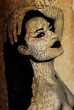 古老美丽的街道画墙壁妇女 免版税库存照片