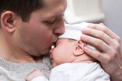 φίλημα πατέρων μωρών Στοκ φωτογραφία με δικαίωμα ελεύθερης χρήσης