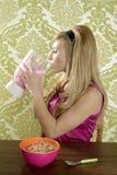 饮用的奶昔减速火箭的草莓妇女 库存照片