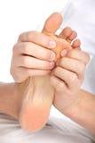 ноги массажа женщины Стоковое Изображение