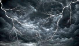 заволакивает дождь темной молнии зловещий Стоковые Фотографии RF