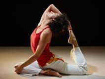 执行舒展女子瑜伽的讲西班牙语的美&# 库存照片
