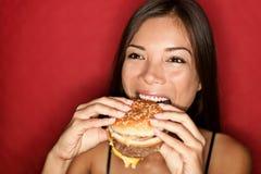 吃妇女的汉堡 免版税库存图片