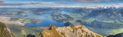 湖长的山全景 免版税库存图片