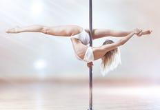 Νέα γυναίκα χορού πόλων Στοκ φωτογραφίες με δικαίωμα ελεύθερης χρήσης