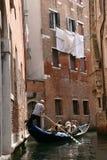 通道长平底船威尼斯 免版税图库摄影