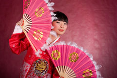 женщина азиатского вентилятора платья традиционная Стоковое Изображение