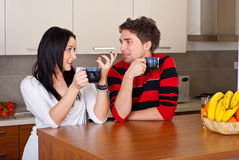 咖啡夫妇论述早晨年轻人 免版税库存照片