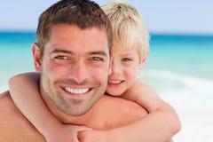 有的父亲肩扛微笑的儿子 库存图片