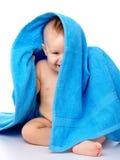 蓝色被包裹的儿童逗人喜爱的毛巾 库存照片