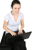 привлекательная компьтер-книжка шлемофона девушки Стоковые Фото