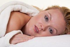 美丽的白肤金发的白种人温泉妇女 免版税库存照片