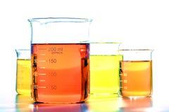 科学烧杯在科学研究实验室 免版税库存图片