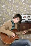 吉他音乐家球员减速火箭的葡萄酒妇&# 免版税库存照片