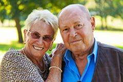 夫妇爱高级成熟纵向 免版税库存照片