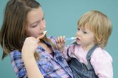 чистя щеткой зубы малышей Стоковая Фотография RF