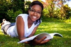 读学员年轻人的书 库存图片