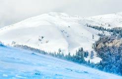 山多雪的视图有风冬天 免版税库存照片