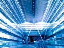 机场蓝色大厅终端色彩 库存图片