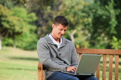 他的膝上型计算机人工作 免版税库存照片