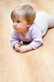 婴孩爬行的楼层女孩 库存图片