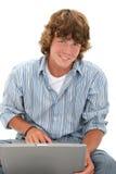 青少年有吸引力的男孩计算机的膝上&# 免版税库存照片